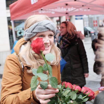 Josephine Ortleb verteilt Rosen