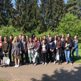 Josephine Ortleb und Schülerinnen und Schüler aus Riegelsberg diskutieren über europäische Idee