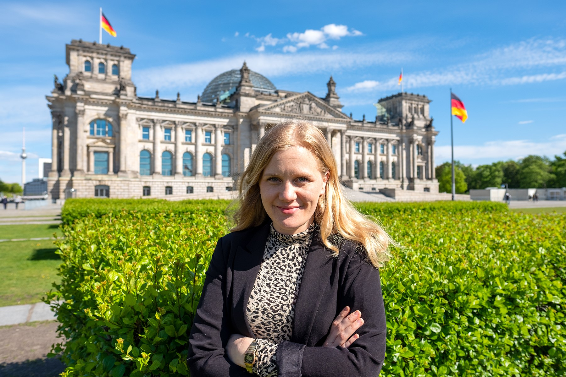 Josephine Ortleb vor dem Bundestag