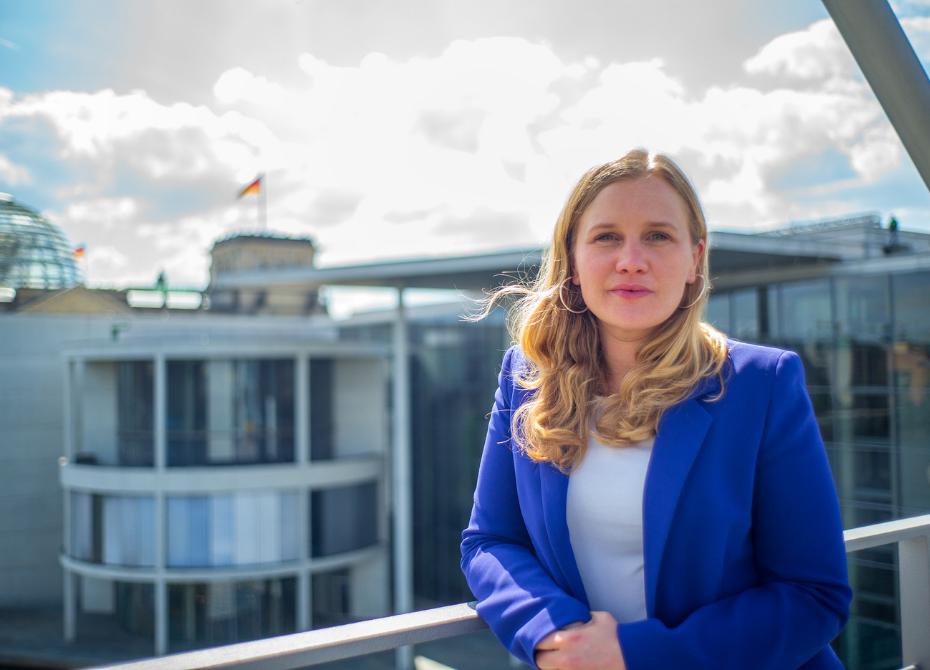 Josephine Ortleb auf Dach in Berlin Bundestag im Hintergrund