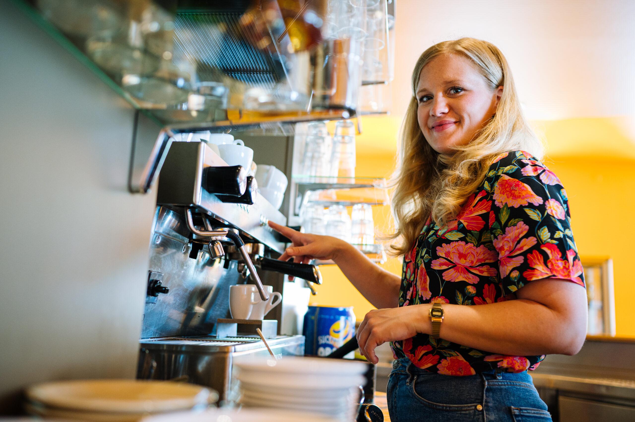 Josephine Ortleb vor Kaffeemaschine